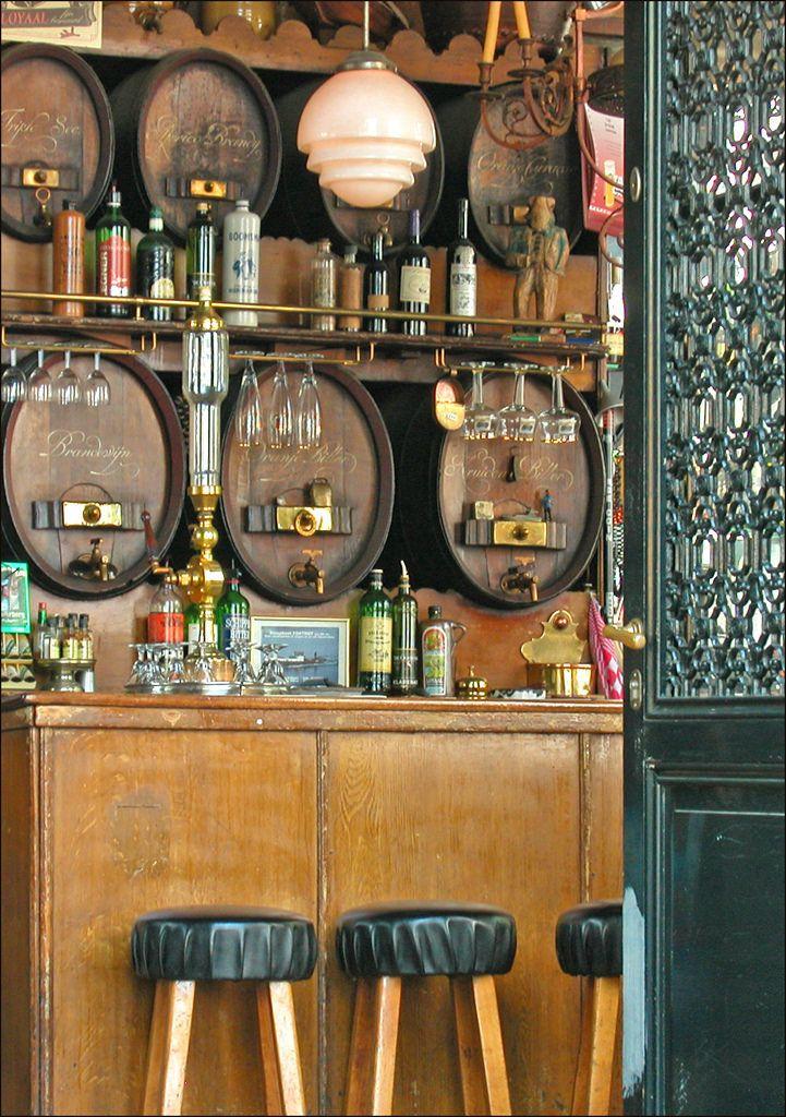 Le café de Druif est situé au 83 Rapenburgerplein, à Amsterdam, dans l'ancien quartier des docks et des entrepôts de marine. Ce café est installé dans une ancienne distillerie de genièvre datant de 1631. Le site &Café Cafés& (MuCEM, 2006) www.cafe.culture.fr/...
