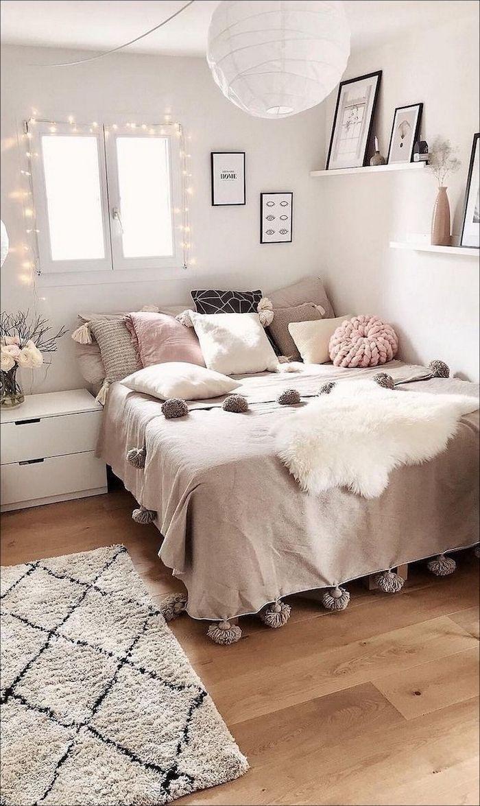 inneneinrichtung neutrale farben rosa beige teenager zimmer mädchen fenster dekoration lichterkette