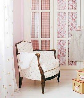 Armario blanco con puertas de cristal y telas con flores for Armario habitacion nina