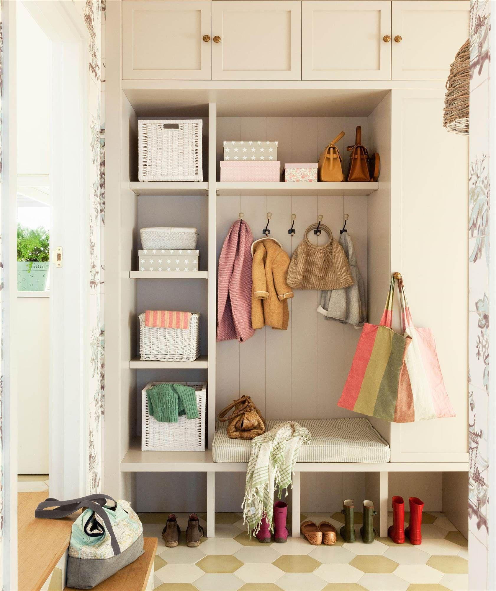 Armario de entrada con espacio para colgar abrigos y estantes para