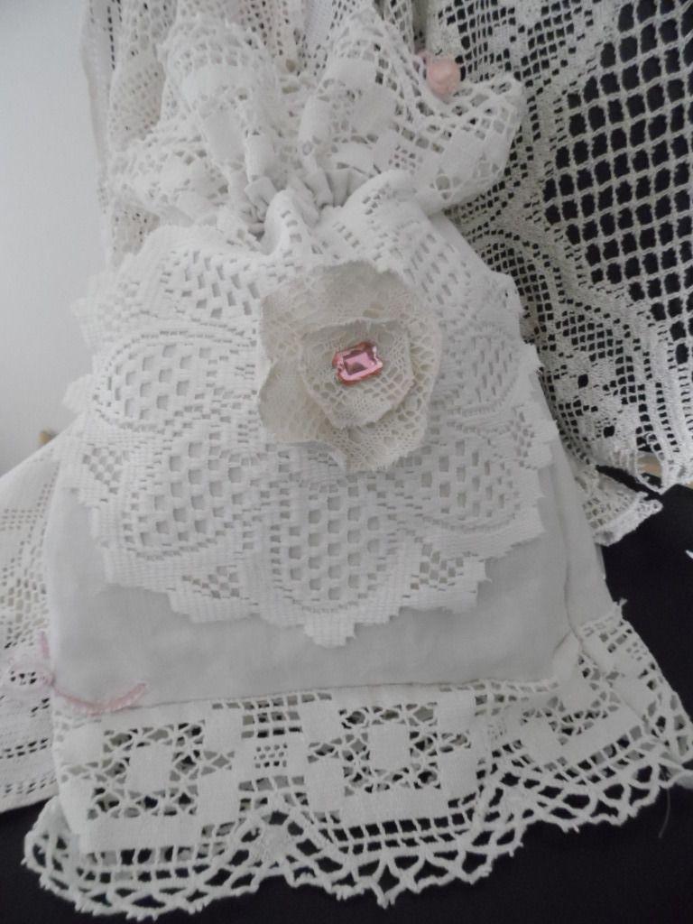 Aumônière en lin blanc et dentelle ancienne avec bijoux fle