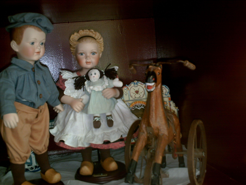 ot en sien porseleinen poppen in orginele kleding.te verkrijgen in het openluchtmuseum te arnhem