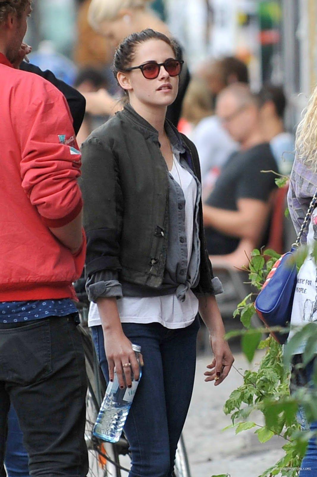 Kristen Stewart foi fotografada curtindo o dia com os amigos Suzie, Michaella e Jack ontem (27)em Berlim. A atriz estava bem relaxada e linda, e também estava sendo acompanhada por um guarda-costas. Vejam: