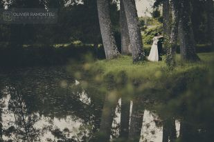 Photographie mariage / Photographe mariage Wedding photography / Wedding photographer (c) Olivier Ramonteu - www.olivier-ramonteu.fr //////////// Photographie des mariées ; couple ; lac Picture of the bride and groom ; lake ; love