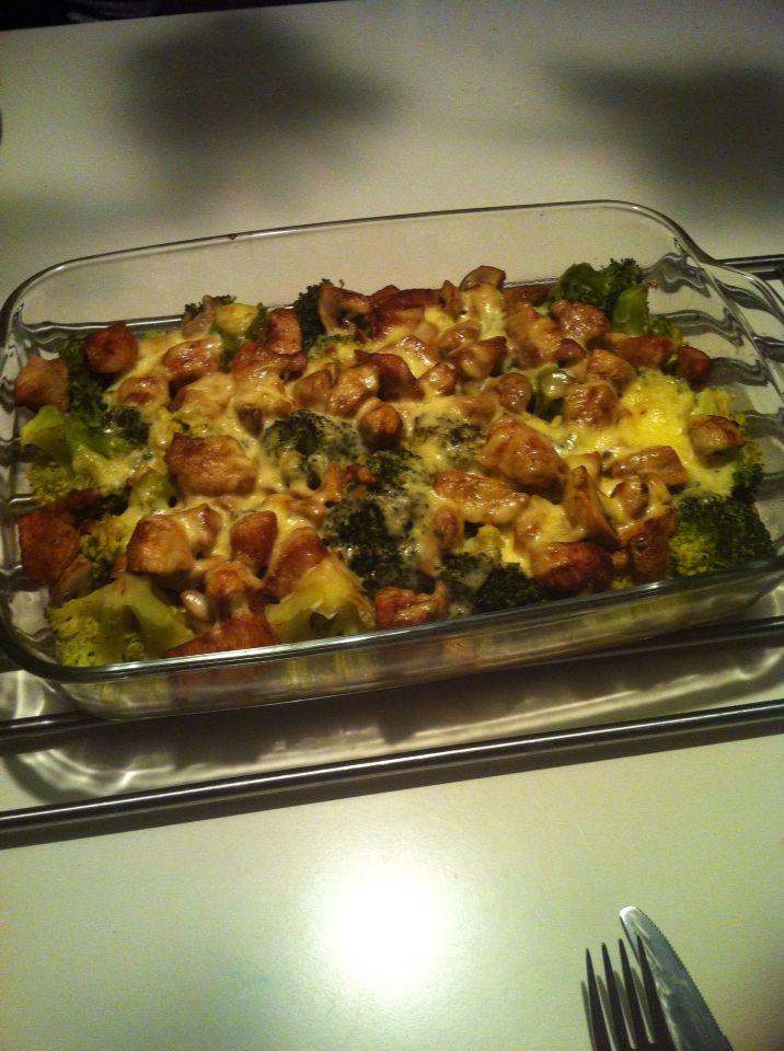 KdH arm eten , heerlijk ...  600 gram gekruide kipfilet voorgebakken, 2 broccoli 7min voorgekookt, Champignons voorgebakken,  Alles in je ovenschaal en dan 100gram geraspte kaas en 200 slagroom eroverheen gieten en 20 min op 180graden in de oven   Eet smakelijk .