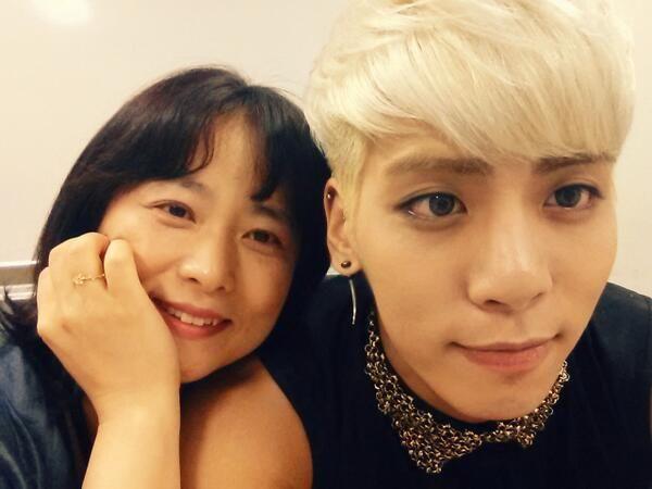 Shinee S Kim Jonghyun Poses With Mom