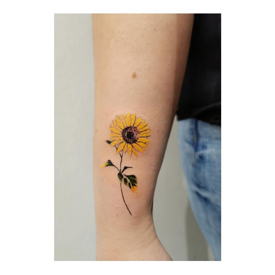 🌻𝓖𝓲𝓻𝓪𝓼𝓸𝓵𝓮🌻 @andrea_noce_tattoo_studio Piazza Istria e Dalmazia 9 Crema • #tattoo #ink #inked #tatuaggi #flowers #flowerstattoo #inkedup #inklovers #tattoostyle #tradtattoo #colors #colortattoo #colortattoos #womanstyle #womanpower #girltattoo #girlpower