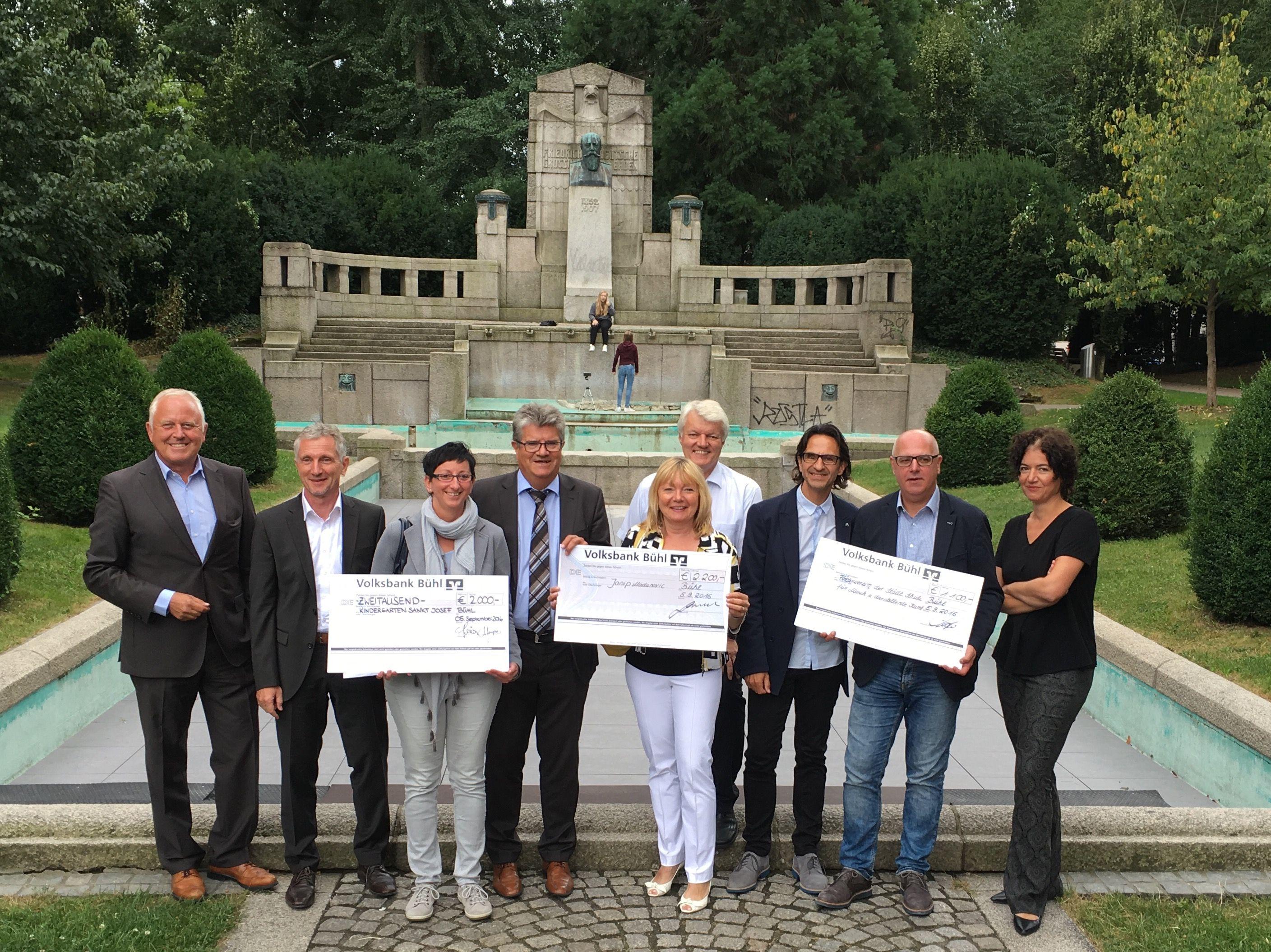 Charity scheck bergabe euro von der after work - Stadtgarten hamburg ...
