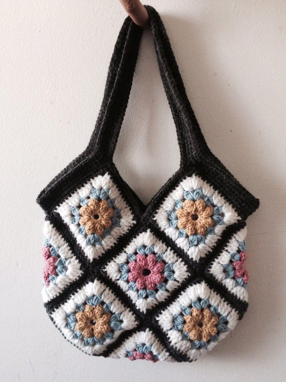 Sac Mosaïque tricoté par Charitha, arty et citadin avec ses nombreuses poches intérieures pour les femmes occupées !