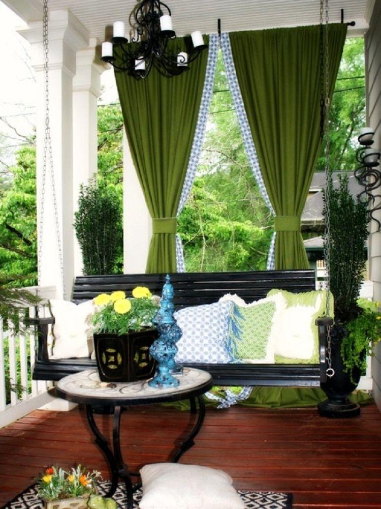 ... Terrassen Sichtschutz Deko Varianten.  Holz Pergola Vorhaengen Gruen Bankschaukel Terrasse Tisch Blumen