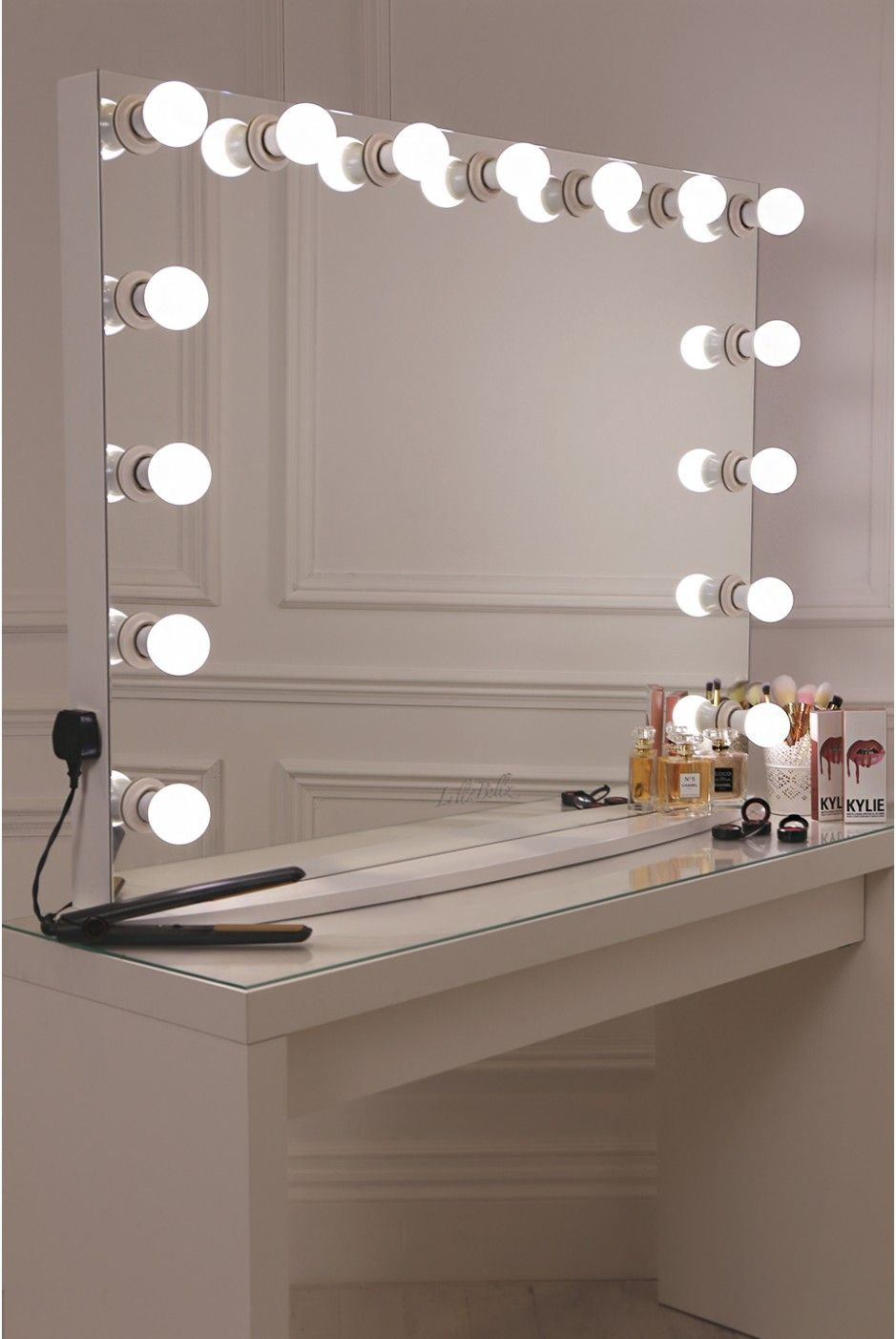 17 diy vanity mirror ideas to make your room more for Miroir hollywood ikea