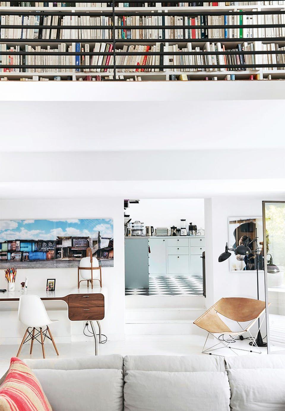 Villa a la Familia: Kig indenfor i den renoverede villa med fokus på ...