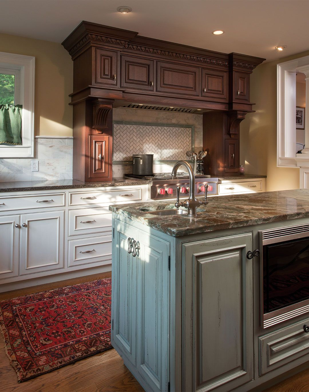 An Elaborate Mahogany Range Hood Is The Central Focus Of This Traditional Kitchen Traditional Kitchen Cottage Style Kitchen Kitchen Cabinet Styles