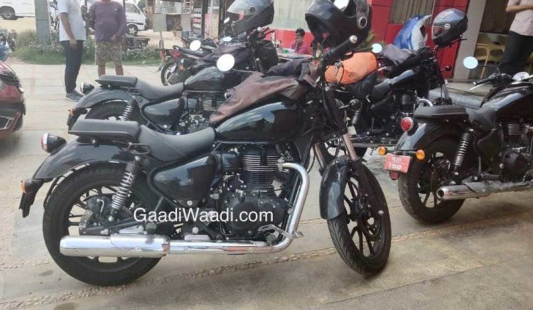 Photo of Four Royal Enfield Meteor prototypes spied in a parking lot