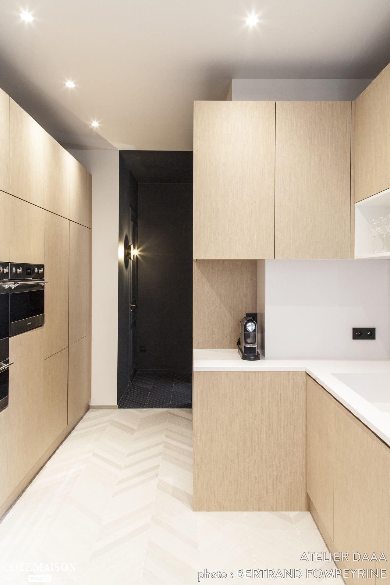 La grande cuisine en bois clair d\'un appartement à Paris. | Houses ...