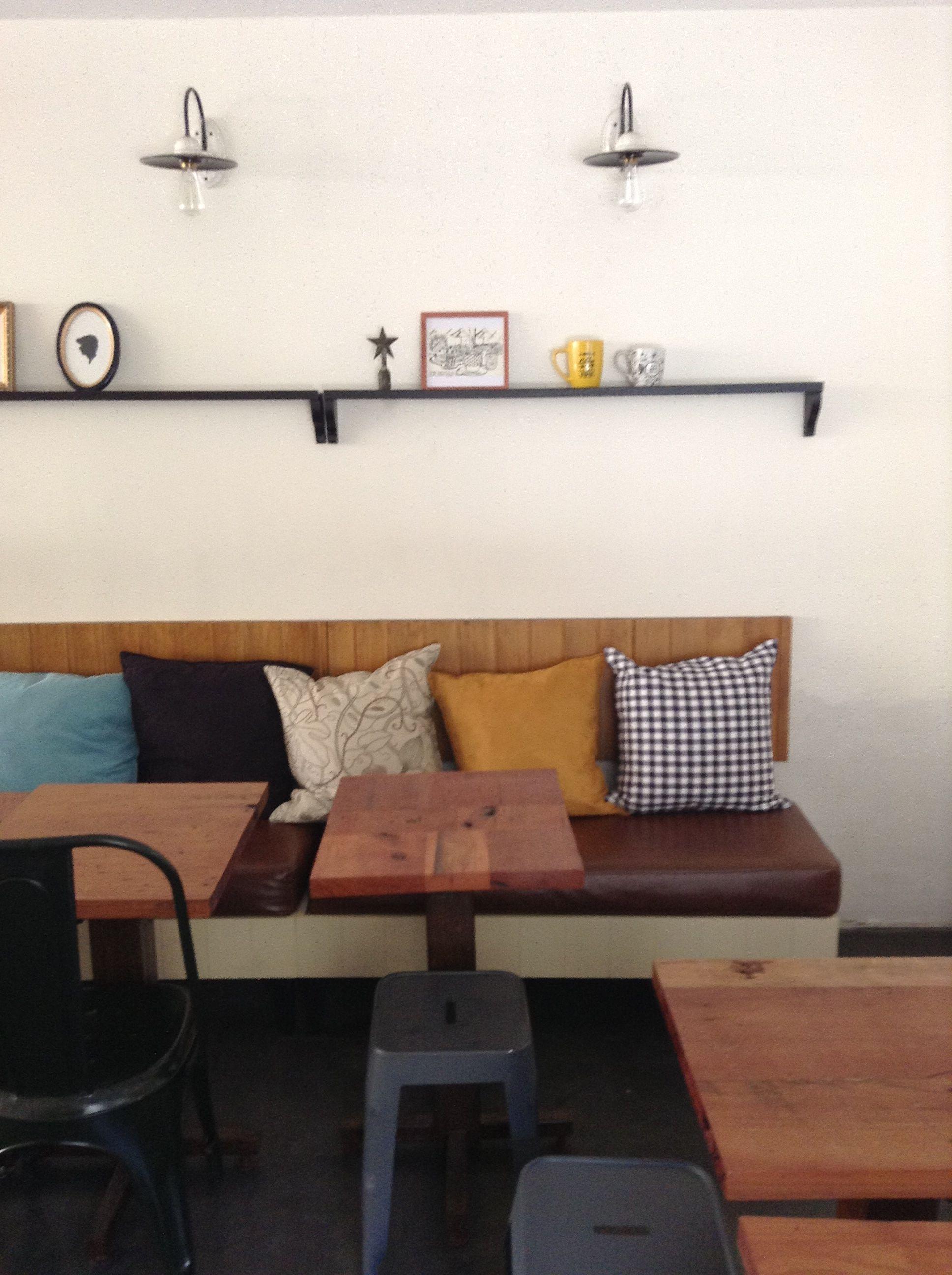 Muebles para cafetería Faustina. Banca laqueada,colchoneta en cuero ...