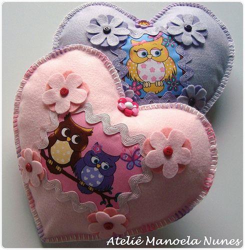 Ateliê Manoela Nunes: Fofas Almofadinhas Decorativas de Feltro Bordadas, com Motivo Central de Corujinhas e em Formato de Coração!