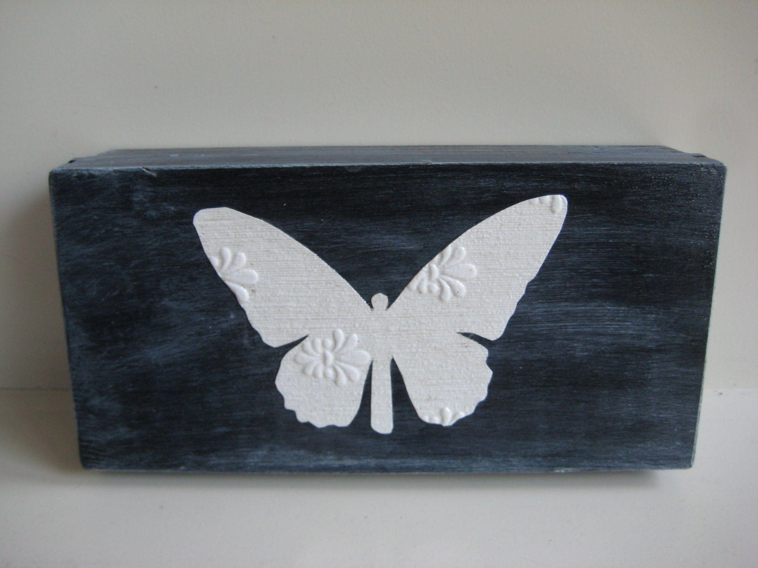 Zwart houten doosje met vlinder (decoupage). Afm. 24,5 x 12 x 5 cm. (voor de liefhebber te koop)