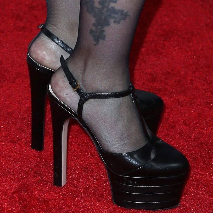 2b7026803 Drew Barrymore showed off her feet in Gucci's 'Angel' platform heels Sapatos,  Drew
