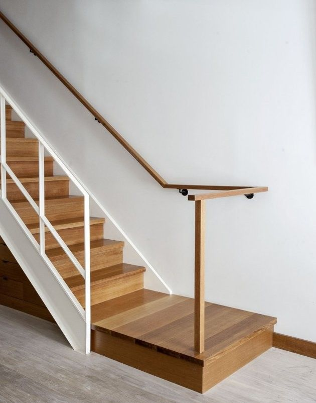 Escaleras de madera en espacios blancos decoraci n for Escalera madera decoracion