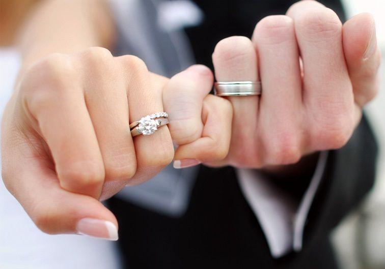 b85e6a227796 Alianzas de boda y anillos de compromiso con diseños originales. Os  mostramos algunos ejemplos por