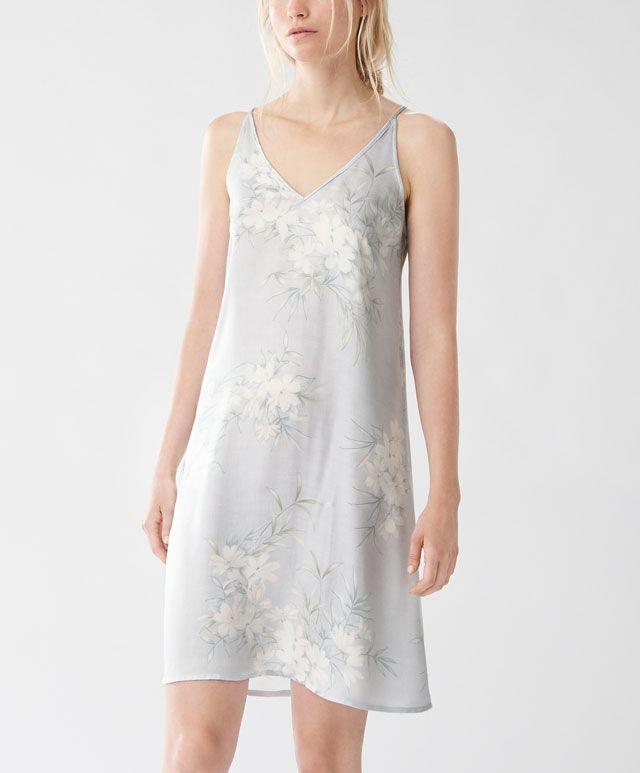Koszulka nocna z kwiatem jaśminu - Zobacz wszystko - Modowe trendy AW 2016 dla kobiet na stronie Oysho: bielizna, odzież sportowa, motywy etniczne i cygańskie, buty, dodatki, akcesoria i stroje kąpielowe.