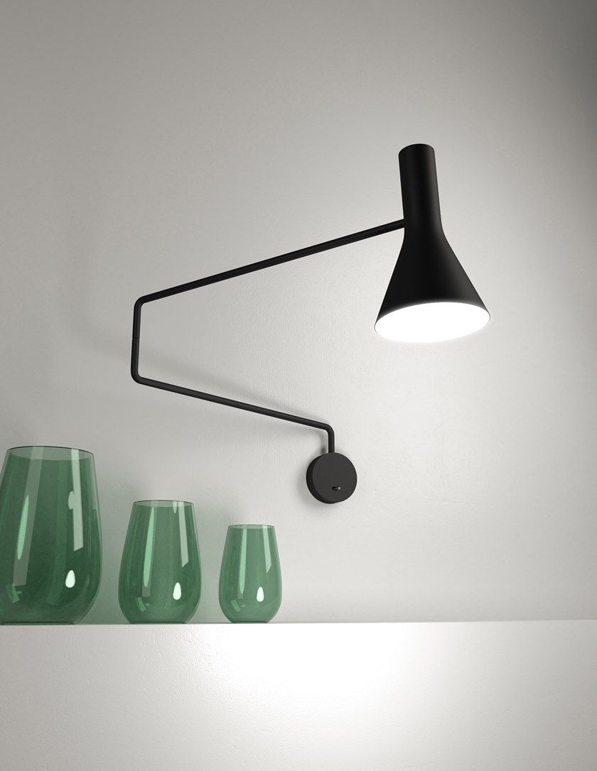 Lampada da parete a LED orientabile in metallo con braccio