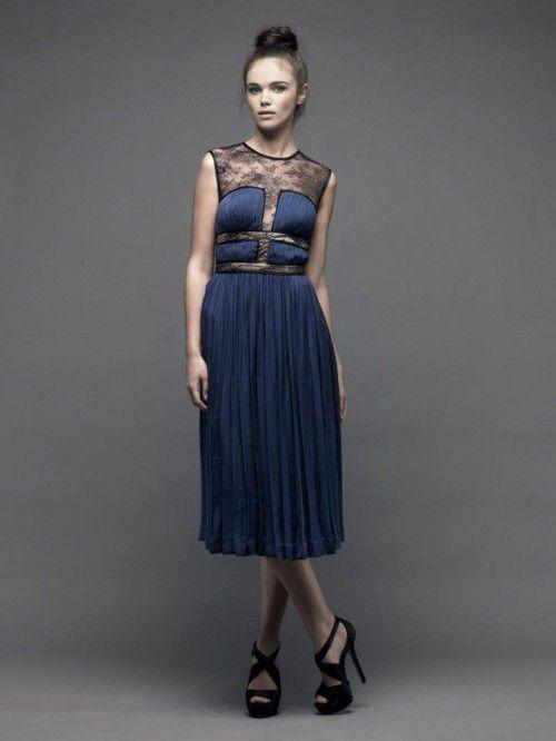 0a7633eeb Vestido de fiesta corto en color azul marino con detalles de encaje en la parte  superior - Foto Catherine Deane