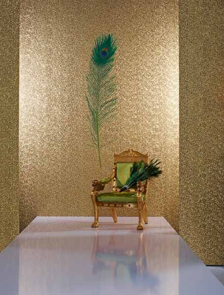 golden wallpaper with peacock feather marbug gloockler tapete tapeten papierwande