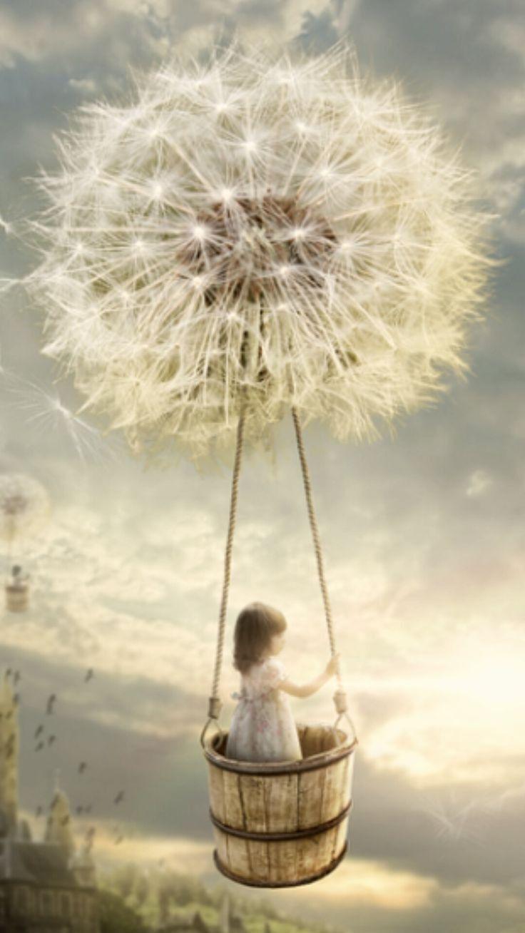 """Ein kleines Mädchen macht eine """"Ballonfahrt"""" mit einer Pusteblume"""