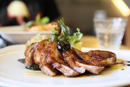 Magret de Pato con Salsa de Cerezas y Balsámico