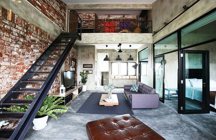Estrichboden Und Unverputzte Ziegelwand Mit Metalltreppe Schwarz Für  Gestaltung Moderner Loft Wohnung