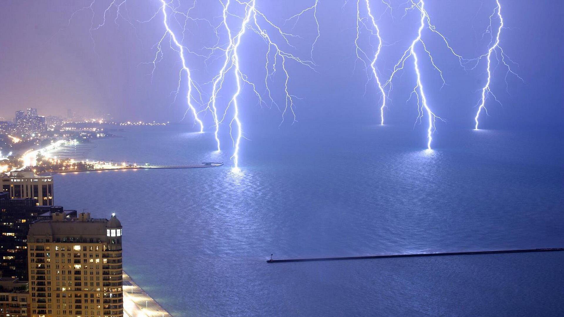 Rayos sobre el lago de Michigan cerca de Chicago, Illinois, USA ...