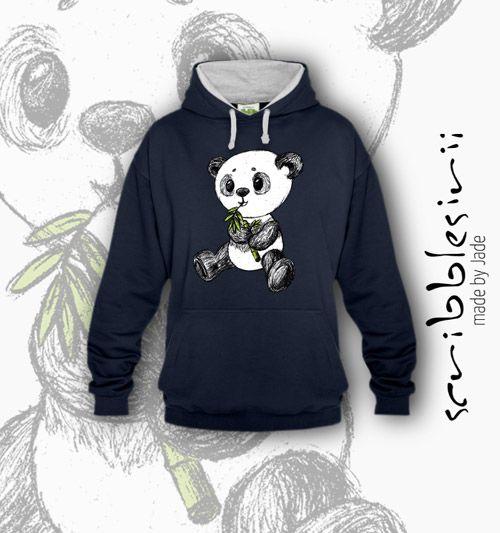 Unser Shop wächst langsam. Wir begrüßen unseren kleinen Panda…, voll niedlich. Wir haben leider kein Schaufenster, in das wir ihn setzen könnten. Deswegen begnügt er sich zur Zeit mit diesem Platz und futtert weiter glücklich seinen Bambus. Wir sind uns aber sicher, dass er bei euch noch glücklicher sein wird, weil er auf euren T-Shirts mehr von der Welt sieht. #Animal #Artenvielfalt #Asia #Asien #Aussterben #Bamboo #Bambus #Bär #Bear #bedroht #Bio #black #China #cuddly #cute #Djungle…