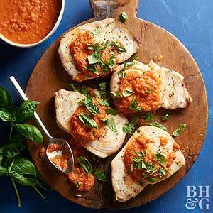 오븐에 구운 토마토 소스를 곁들인 황새치 찜