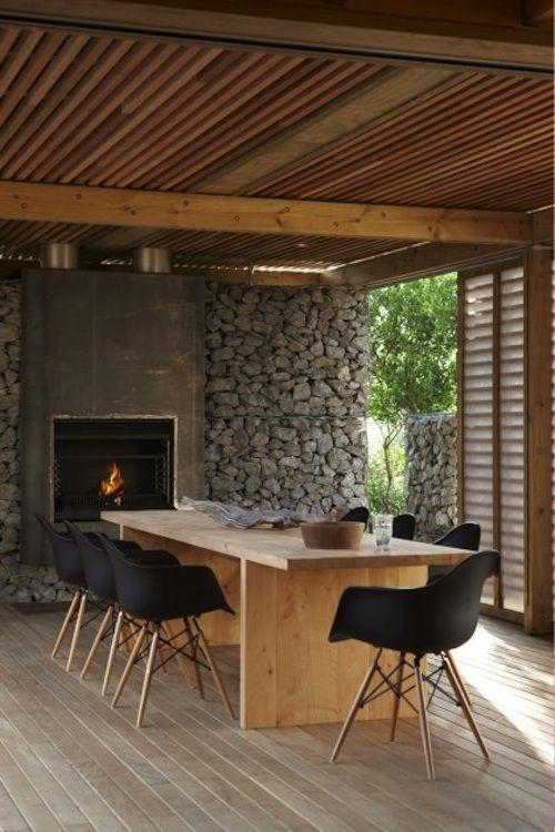 En la terraza mallorquinas de madera, pared de piedra ...