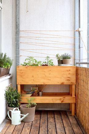 Ein Hochbeet für den Balkon ist gar nicht so leicht zu finden? Bau es dir doch einfach selbst! Mit diesem DIY geht das ganz einfach! #apartmentgardening