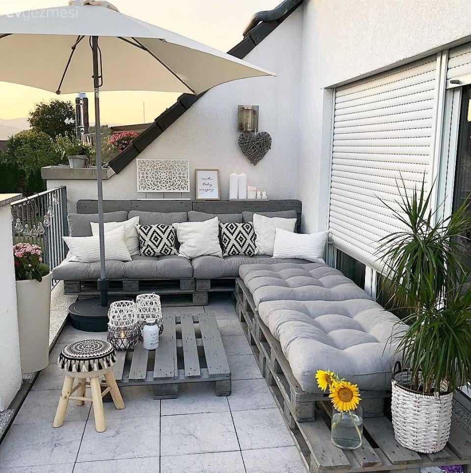Güzel bir balkon dekoru için pahalı bir oturma grubu almanız gerekmediğinin kanıtı, şahane bir balkon tasarımı. #evdekoru