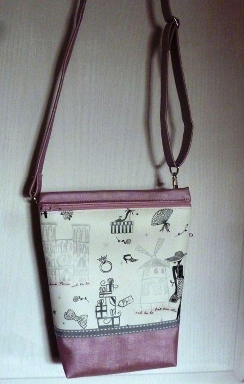 Petit sac bandoulière simili cuir rose nacré et simili écru motifs