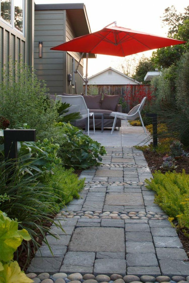 Camino de piedras en el jard n peque o terrazas for Jardines en patios pequenos