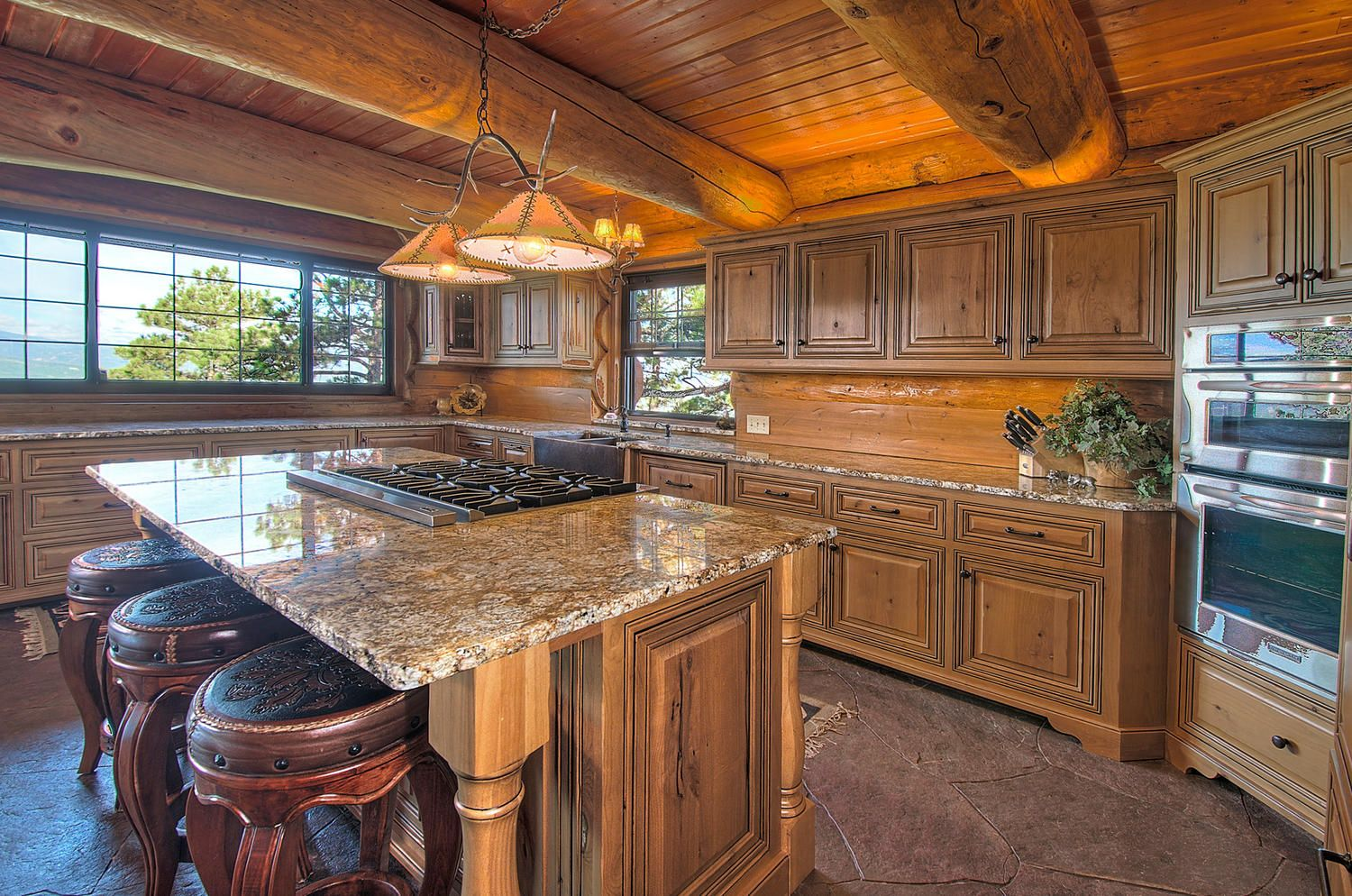 Spanish kitchens with alderwood cabinets granite counters for Kitchen units spain