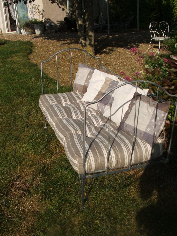 Banquette Bacchus ,ancien lit en fer forgé gris foncé avec ...