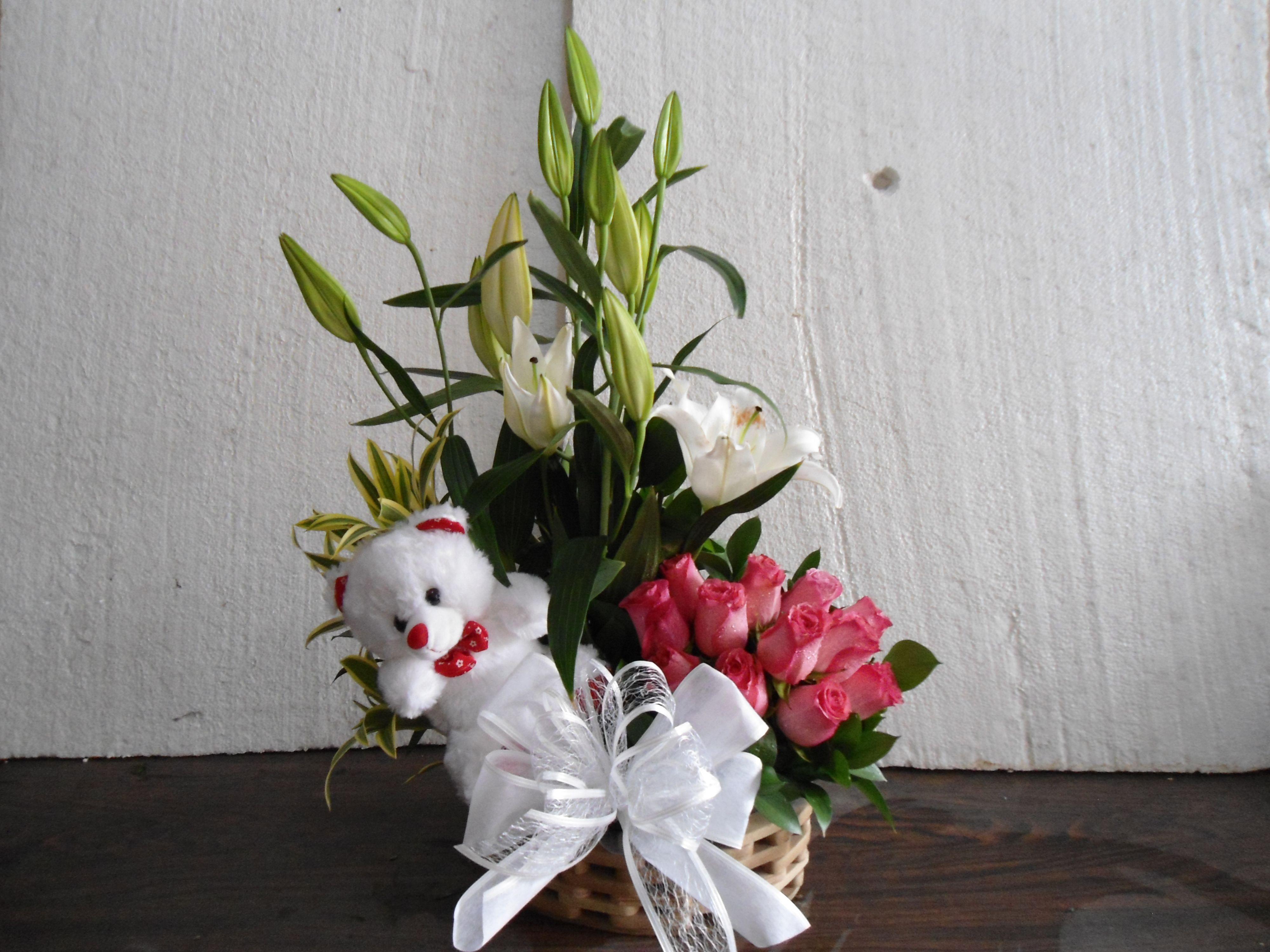 Floristeria los frutales. bucaramanga. Arreglo con flores, muñeco. ingresa a nuestro catálago de productos. www.floristerialosfrutales.jimdo.com