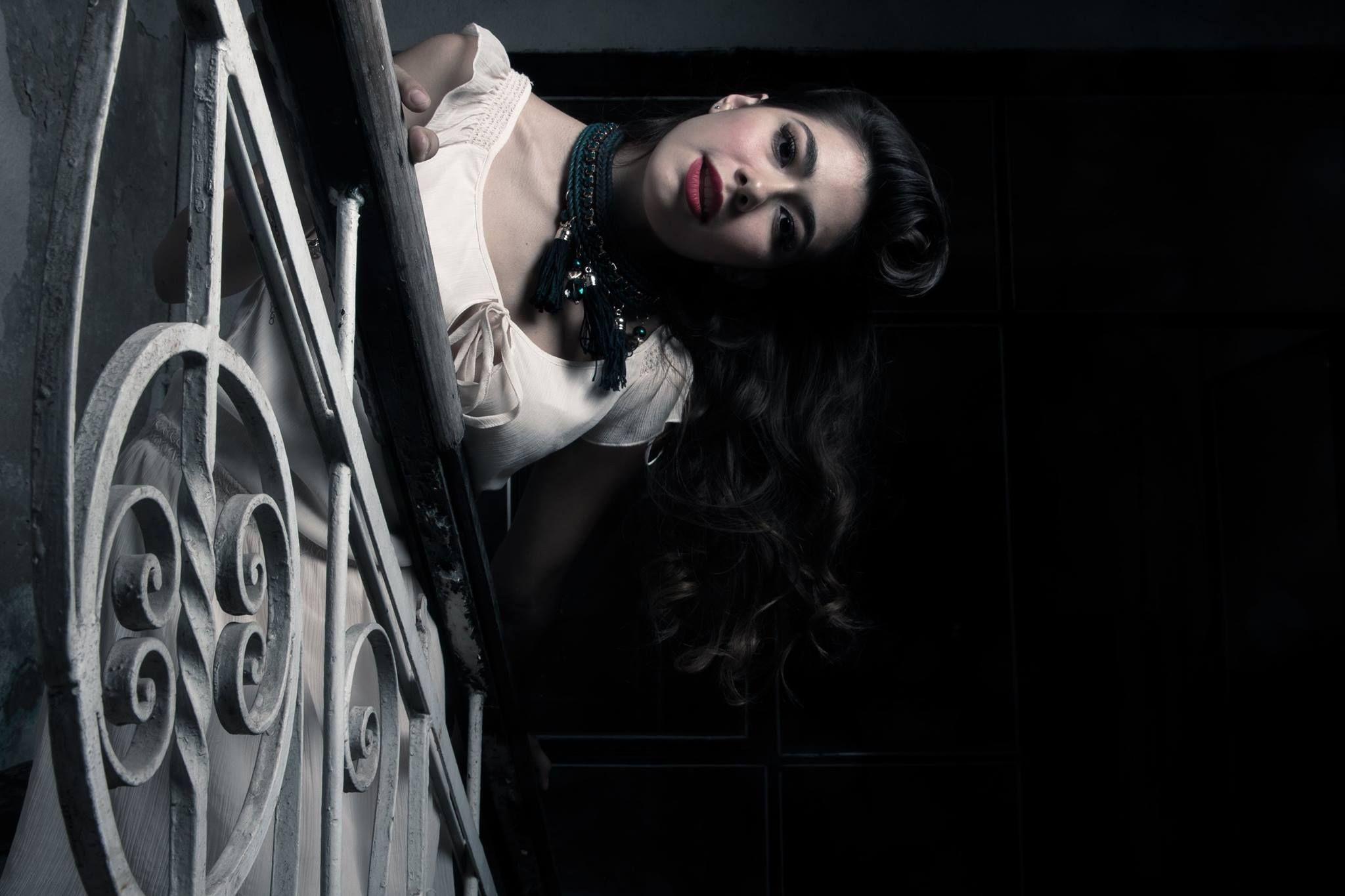 La mujer ilumina los cuartos oscuros   Sesión 1   Pinterest   Oscuro ...