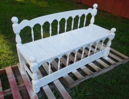 Now this is a headboard/foot board DIY bench that I like ...