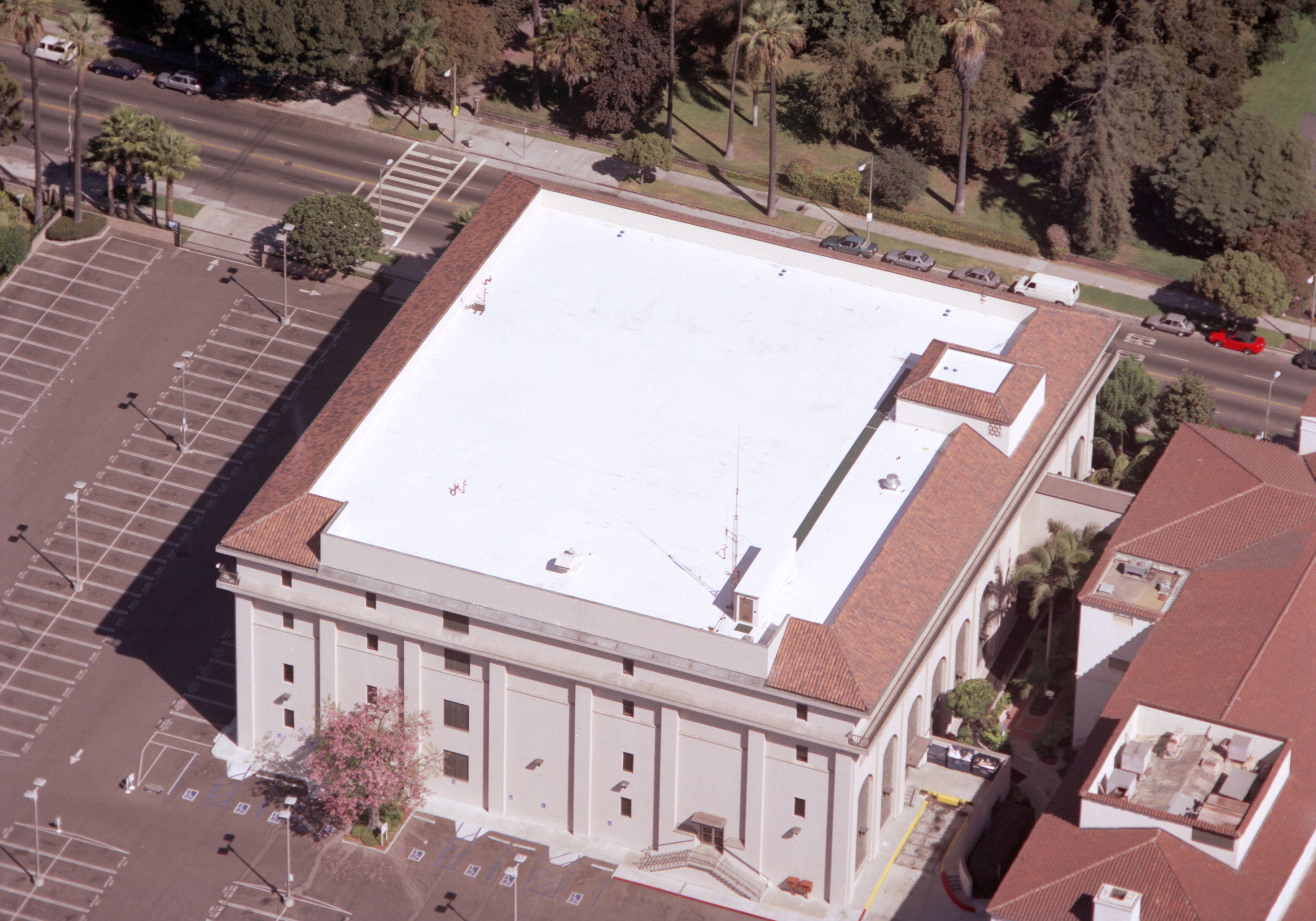 Flat Roof In Los Angeles Flat Roof House Flat Roof Installation Flat Roof