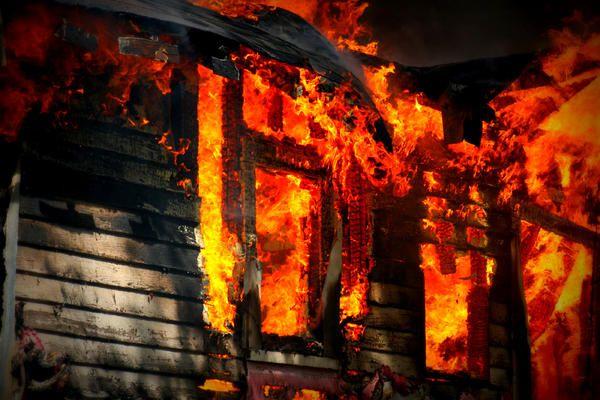 Sari, mă, și stinge focul! Bă, nu pe geam!!! :))