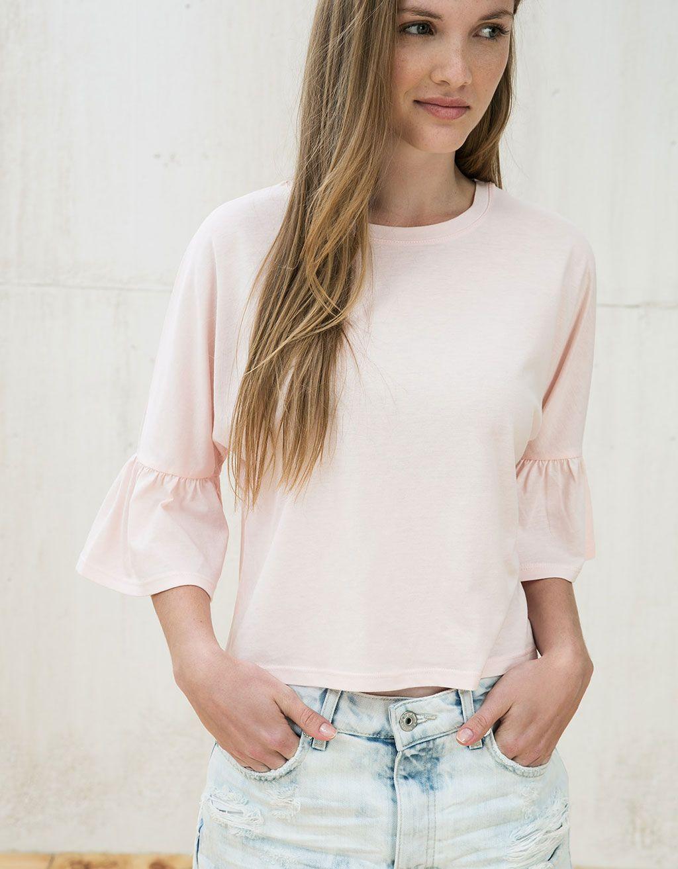 Camiseta manga volante. Descubre ésta y muchas otras prendas en Bershka con  nuevos productos cada