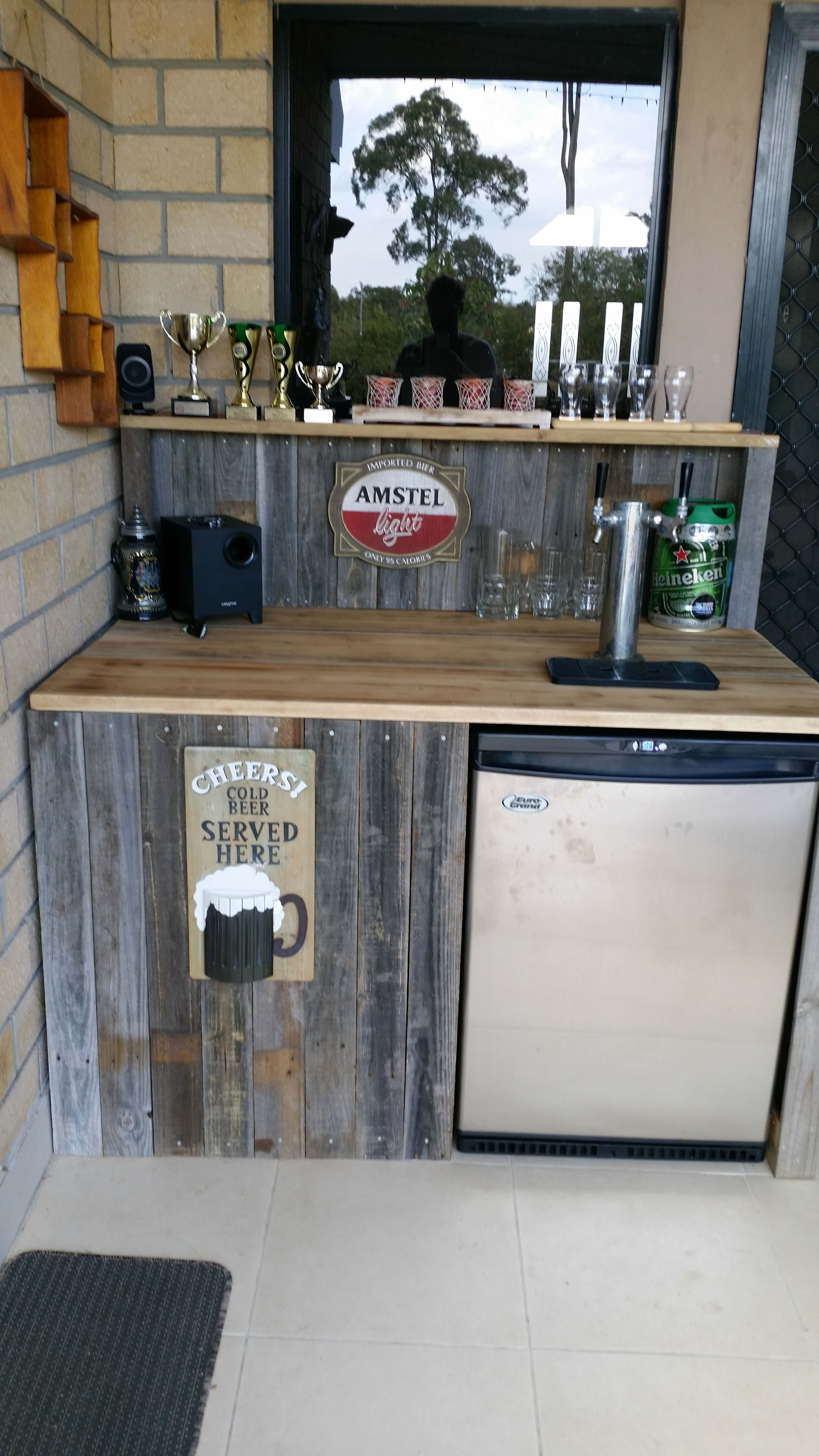 Reclaimed pallet bar pallets bar and backyard for Design bartheke