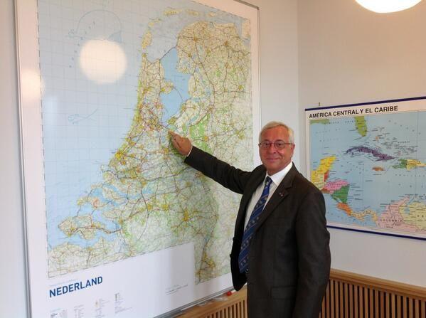 """Ronald Plasterk on Twitter: """"De heer Henk Heijman is de nieuwe burgemeester van het mooie Bussum. Gefeliciteerd! http://t.co/wZwJc7h72T"""""""